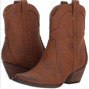 NWT Volatile boots